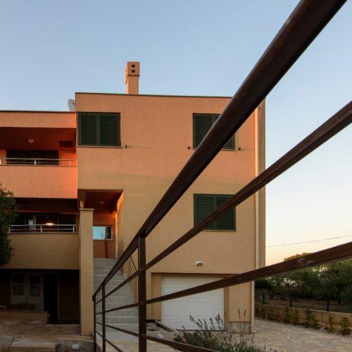 Moderna villa: 350 m2 Sutomišćica – 2. red od mora!!