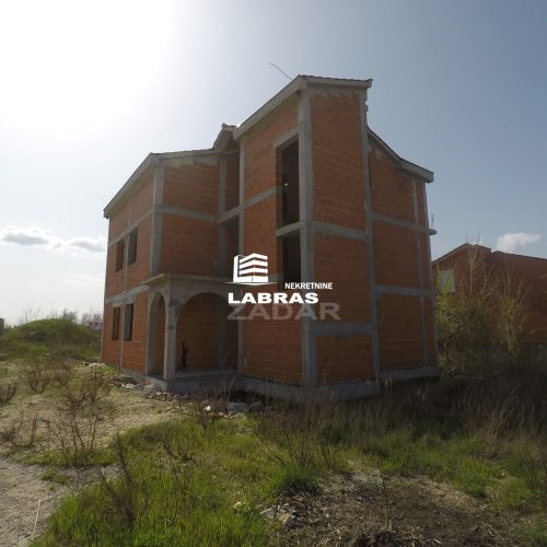 Stambena zgrada: 300 m2 Vrsi, Zukve – Započeta gradnja