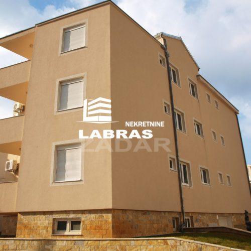 Dvije apartmanske zgrade s 14 apartmana: Starigrad, 100 m od mora!!