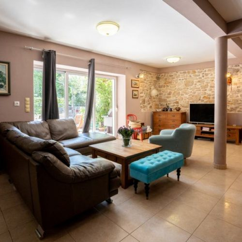Renovirana kamena kuća – centar mjesta Sukošan- 250 od mora !!